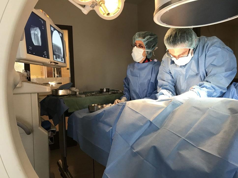 Chirurgiens procédant à une opération cardiologique